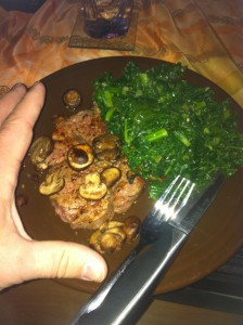 A steak with mushrooms and kale: slow-carb habits